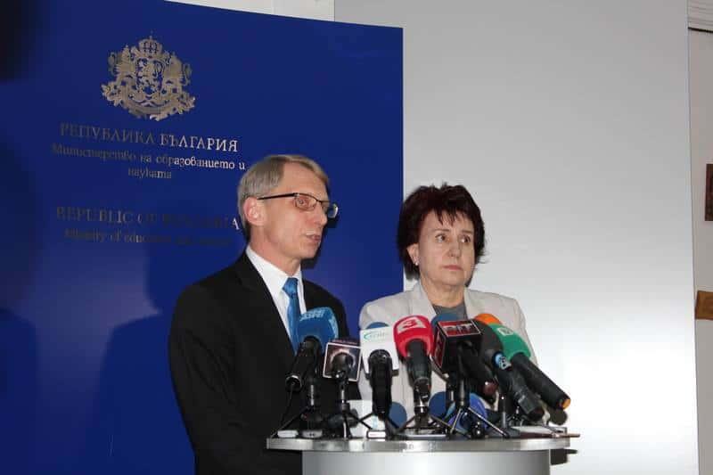 След срещата с представители на Националното сдружение на общините Николай Денков произведе добре позната бутафория. Снимка: МОН