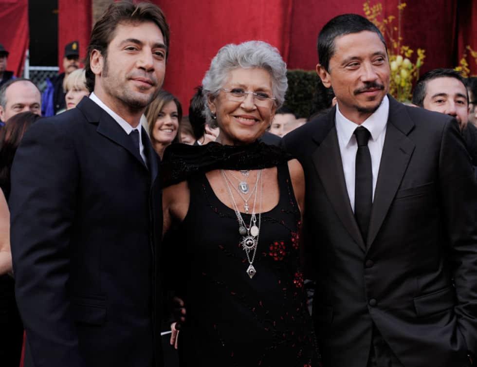 Братята Хавиер (вляво) и Карлос Бардем с майка си Пилар Бардем. Снимка: diezminutos.es