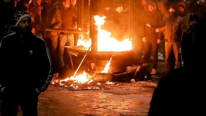 Протестите в Букурещ доведоха до улични размирици. Снимка: SBS