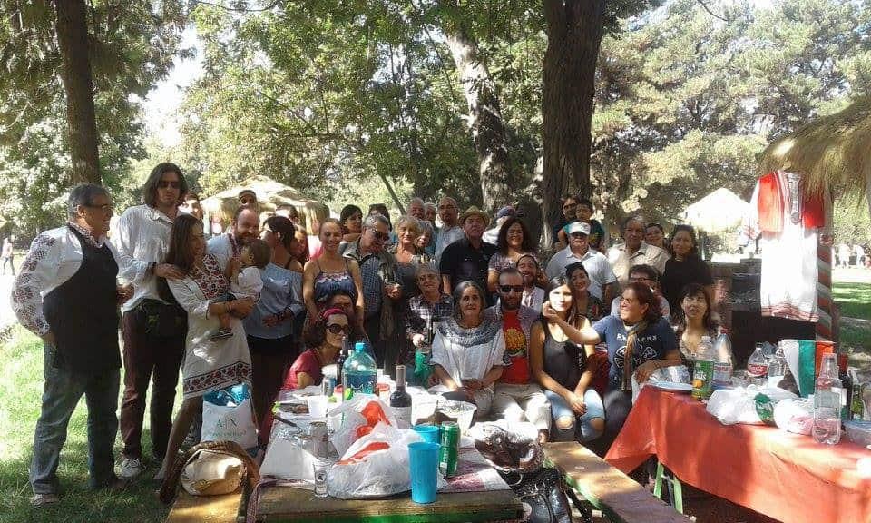 """Българи и """"български"""" чилийци заедно празнуват Трети март в един от парковете на Сантяго. Снимка: Фейсбук"""