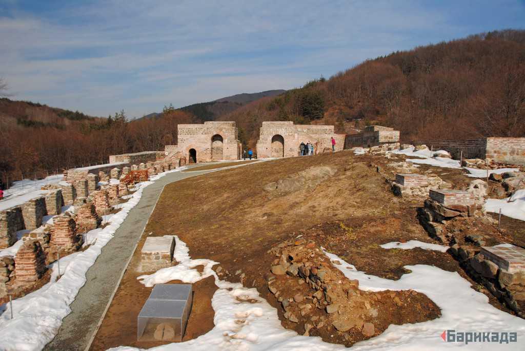 """По-малко от две години след """"реставрирането"""" крепостта вече има нужда от ремонт. Снимка: Барикада"""