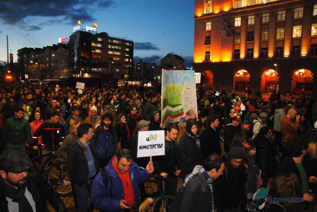 Шествието в защита на природата на Пирин по пътя към сградата на президентството. Снимка: Барикада