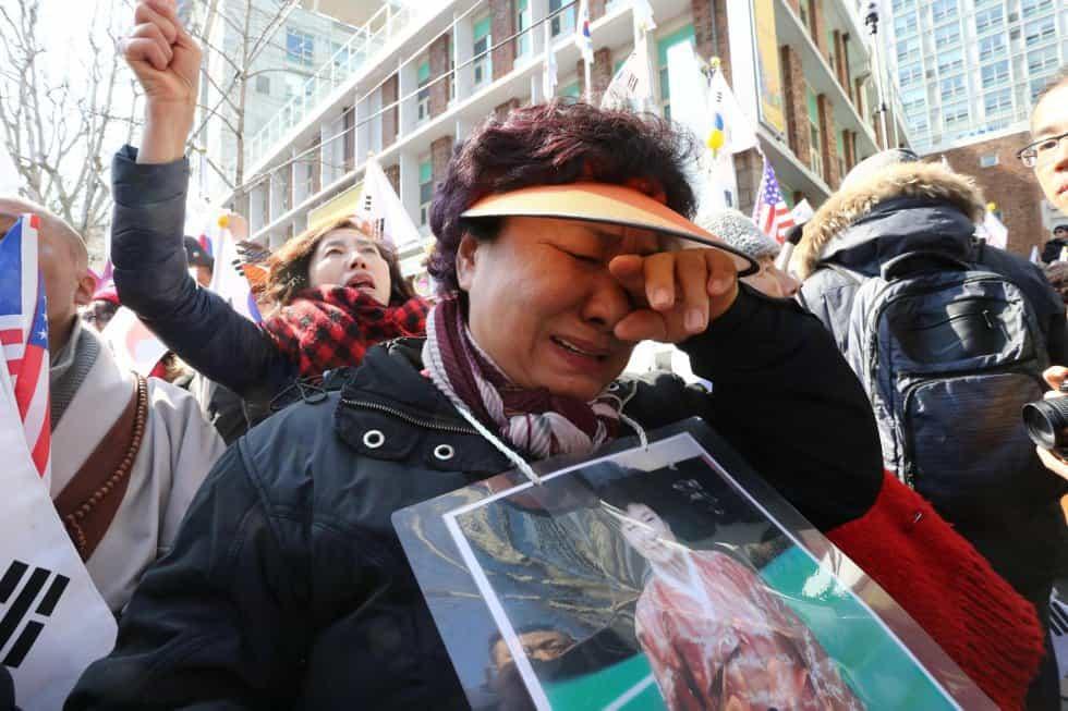 Едни демонстранти в Сеул плачеха, други празнуваха вестта за окончателното отстраняване от власт на президентката Пак Гън-хе. Снимка: EFE