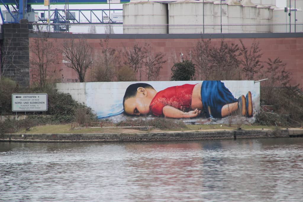 Образът на двегодишния Айлан се превърна в символ за трагедията на бежанците. Графит във Франкфурт, Германия. Снимка: Wikimedia commons