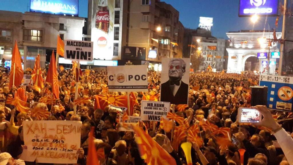 Улиците на Скопие посрещнаха Йоханес Хан с демонстрации. Снимка: republika.mk
