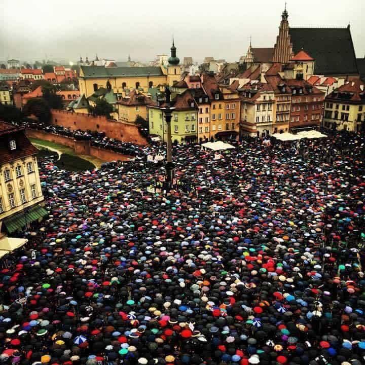 """Стотици хиляди жени протестираха в цяла Полша по време на """"Черния протест"""". На снимката се вижда масовия митинг в центъра на Варшава. Източник: Фейсбук (Facebook.)"""