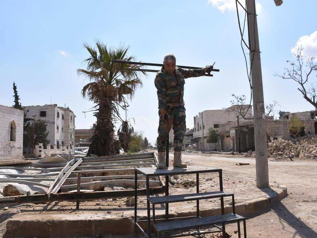 Сирийски войник показва мястото, където ИДИЛ са извършвали екзекуции. Снимка: Independent