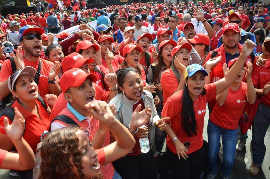 Привърженици на Боливарската революция преминаха в масови мирни шествия из улиците на Каракас. Снимка: resumenlatinoamericano