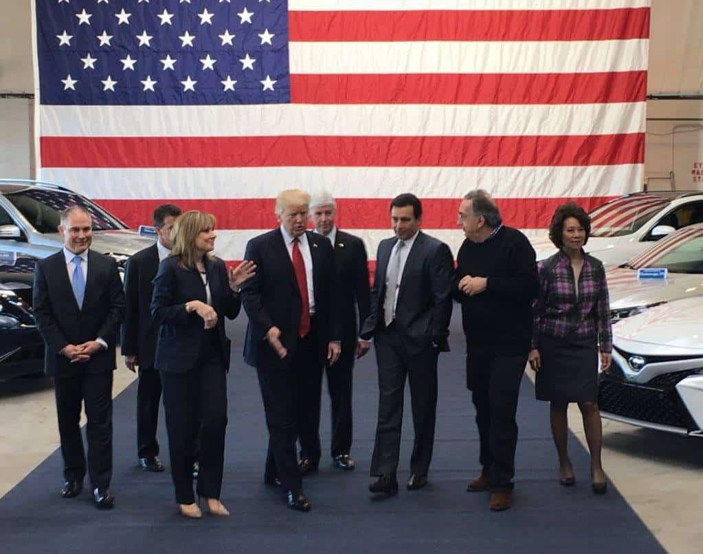 Доналд Тръмп демонстрира близки отношения с ръководителите на автомобилната индустрия. Снимка: https://www.facebook.com/DonaldTrump