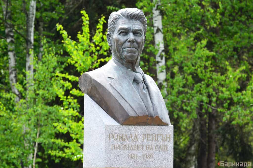 """""""Барикада"""" не успя нито да потвърди, нито да отрече дали върху новия паметник на Роналд Рейгън вече е била изразена демократична форма на протест. Към обяд на 28 април паметникът изглеждаше така. Снимка: Николай Драганов"""