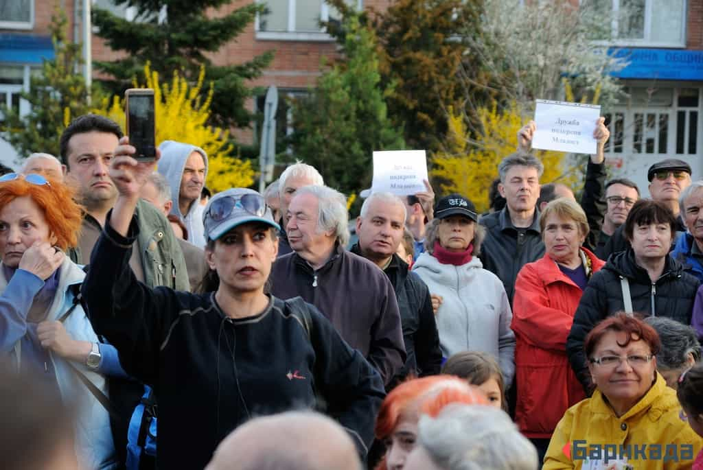 Жители на Младост и техни съграждани от други квартали, дошли да покажат солидарност, обсъдиха проблемите с презастрояването, реституцията, затръстванията, мръсния въздух, липсата на обществени пространства и пр. Снимка: Барикада