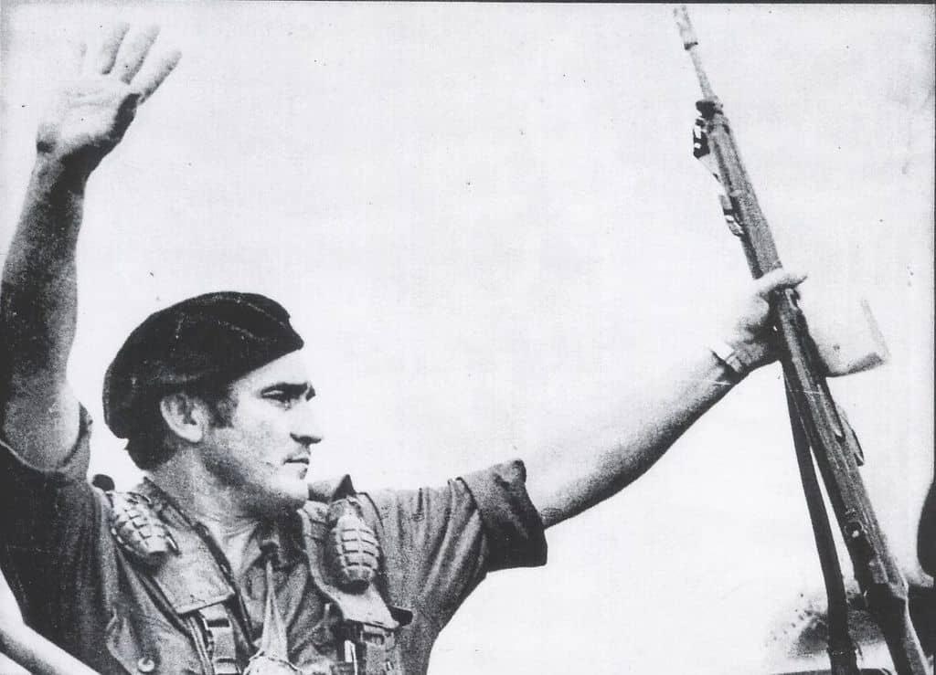 Еден Пастора маха от стълбичката на самолета за Панама след победния край на операцията по превземането на Националния дворец. Снимка: архив