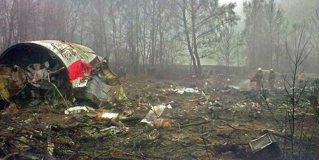 """Снимка на част от самолета Ту-154 разбил се край смоленнското летище """"Северный"""". До ден днешен, въпреки редица разследвания, включително и международни, полската десница развива конспиративни теории за атентат извършен от Путин. Снимка: Укимедия комънс (Wikimedia Commons, https://goo.gl/Z2jIXe)"""