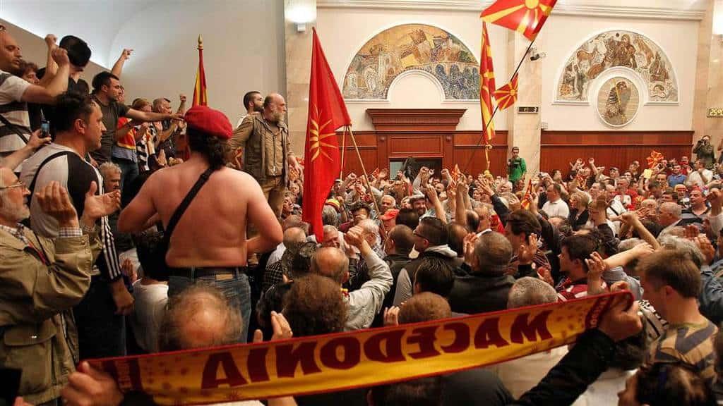 Превземането на парламента в Скопие и сипитстващите го сцени на насилие влязоха във всикчи новинарски емисии. Снимка: NBSNews