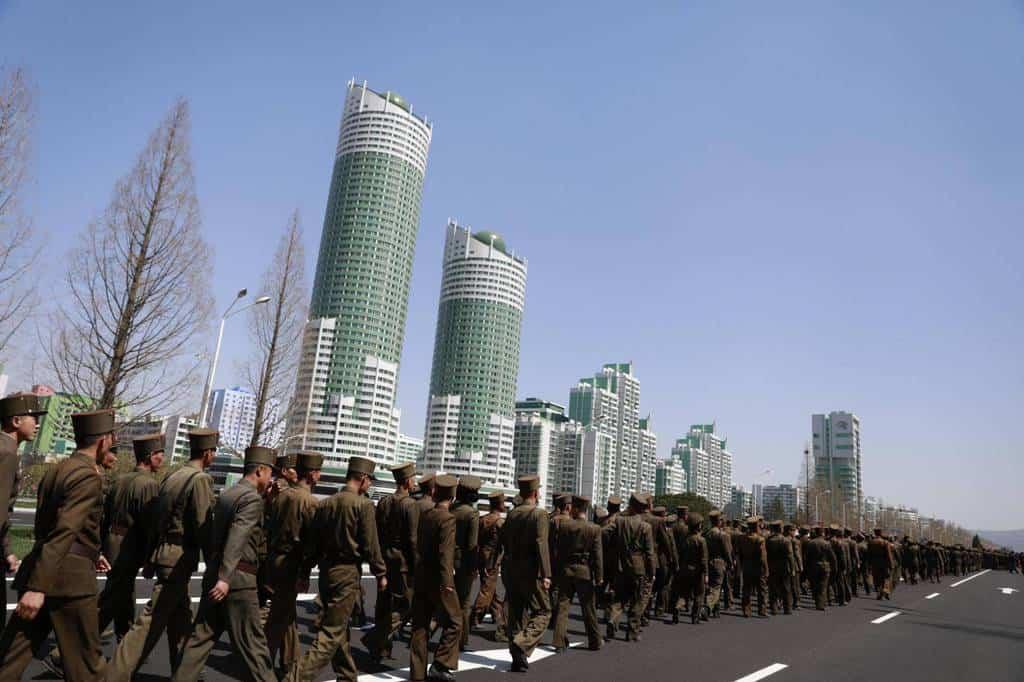 """Севернокорейски войници крачат по гордостта на правителството - новия булевард """"Рьомйонг"""" в Пхенян. Снимка: ЕФЕ"""