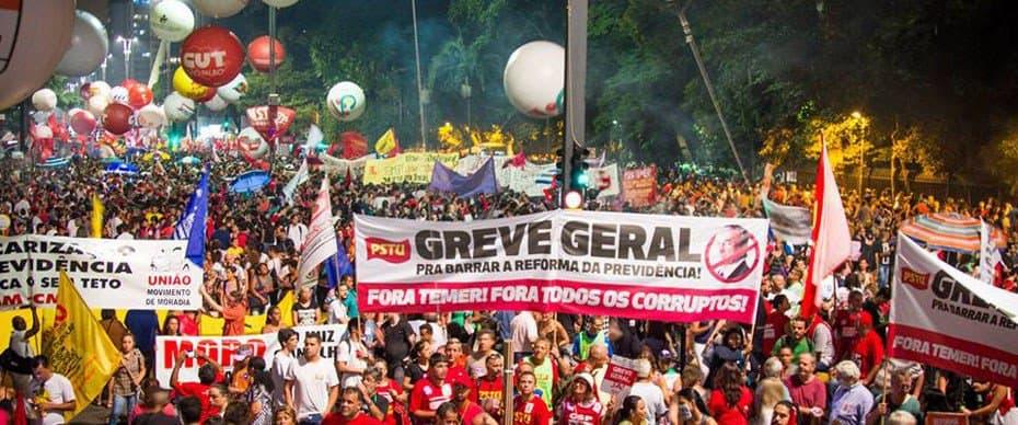 """""""Обща стачка. Долу Темер. Доле всички корумпирани,"""" пише на водещия плакат на това протестно шествие в рамките на националната стачка в Бразилия. Снимка: Туитър"""