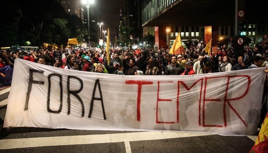 """""""Вън Темер"""" пише на лозунга на тези демонстранти, събрали се в центъра на Сао Пауло веднага след разгласяването на новината за изобличаващите президента записи. Снимка: EFE"""