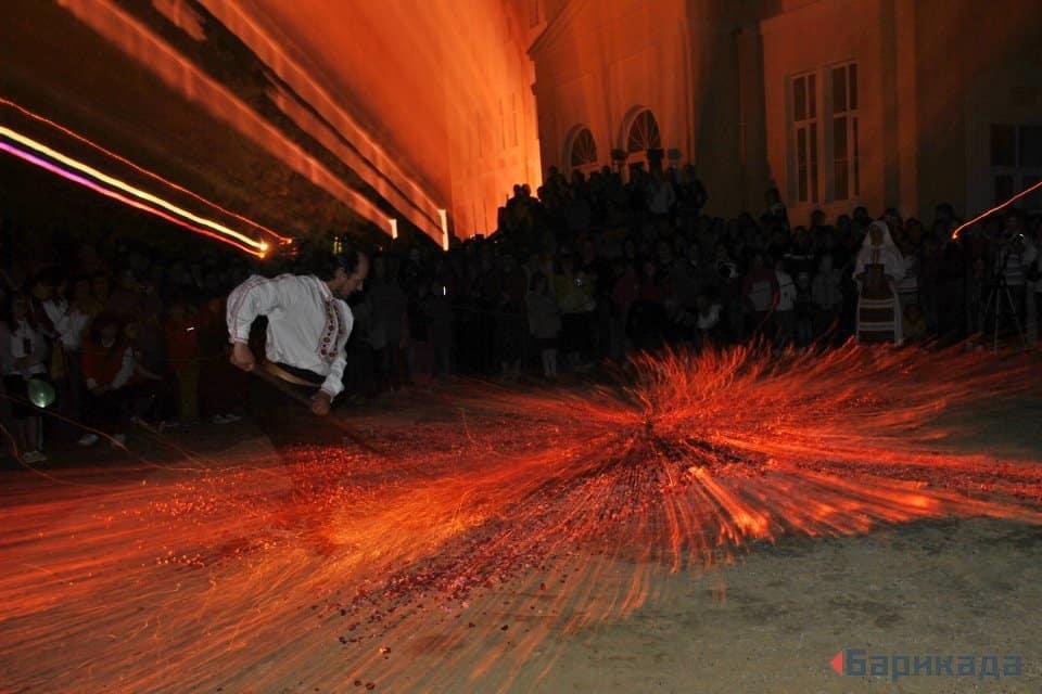 Подготвяне на жаравата за нестинарски танц. Това може да се окаже незаконно деяние, ако не е направено с благословията на община Царево. Снимка: Барикада