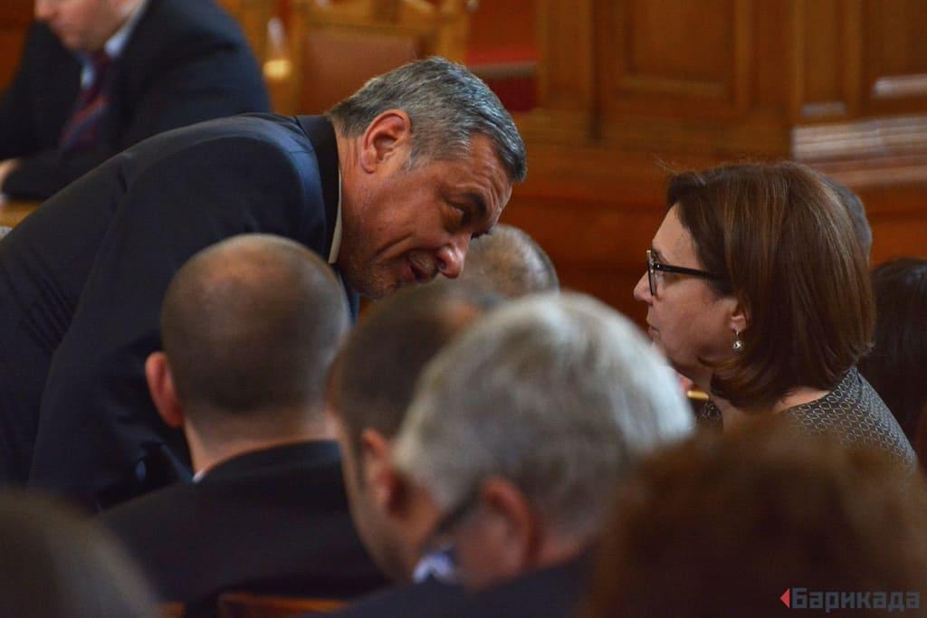 В предишното правителството Валери Симеонов беше обикновен депутат, а Румяна Бъчварова - вицепремиер. Днес ролите са разменени.