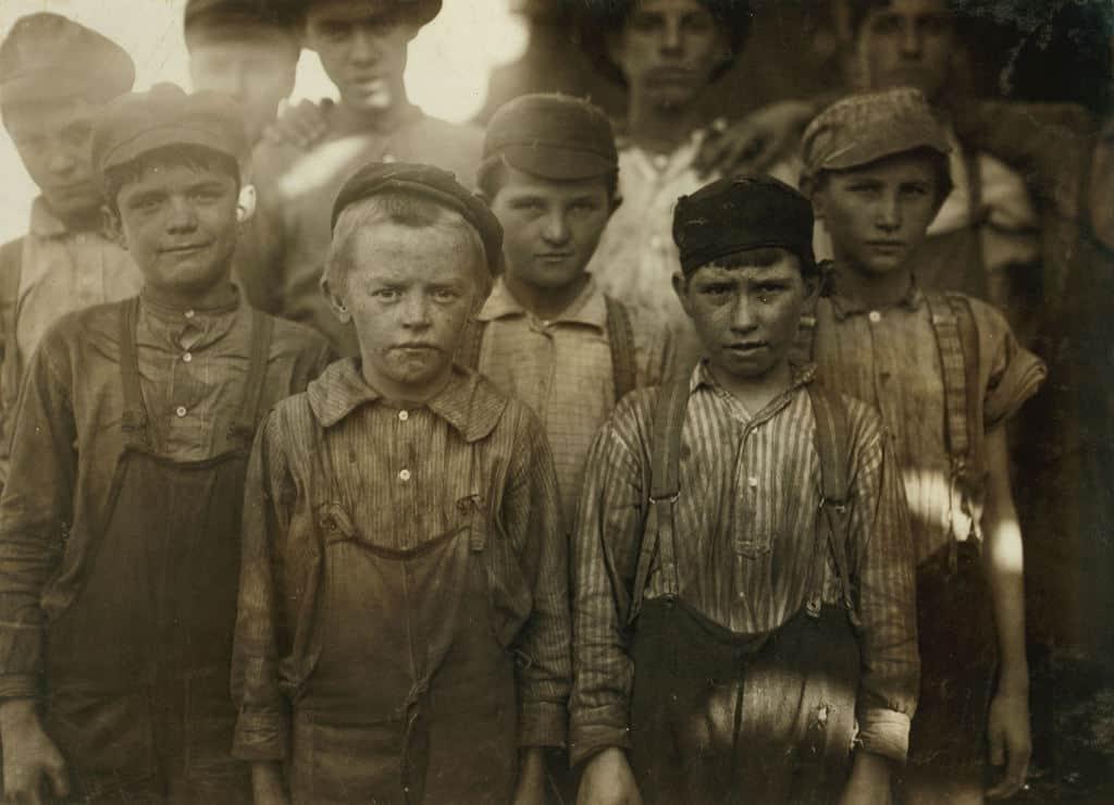 Деца работят в текстилната индустрия в началото на миналия век в Бирмингам. За радост на някои мисловни кръгове в България, проблемът с детския труд все още не е решен в редица държави по света. Снимка: Wikimedia Commons