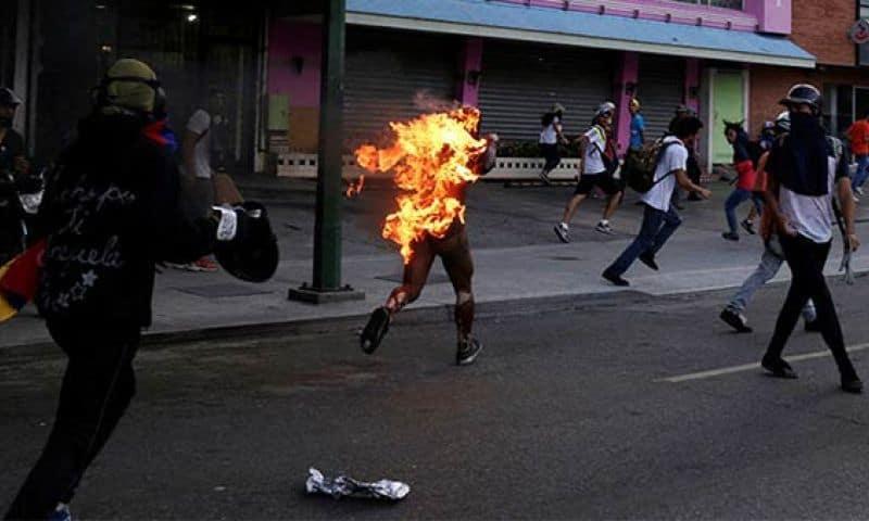 Пламтящият Орландо бяга от нападателите си. Източник: Туитър, PSUV