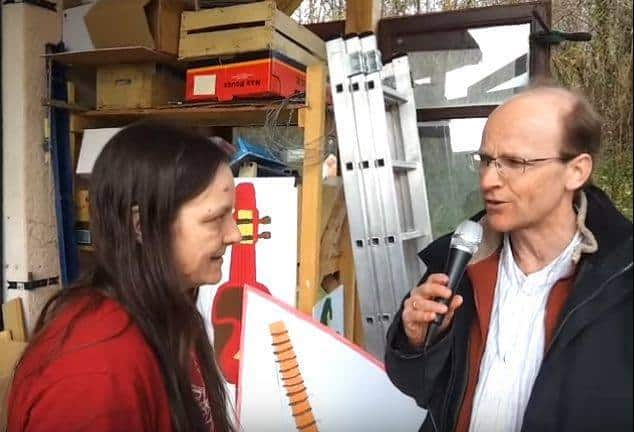 Патрик Чалмърс интервюира активистка за правата на бежанците. Източник: YouTube