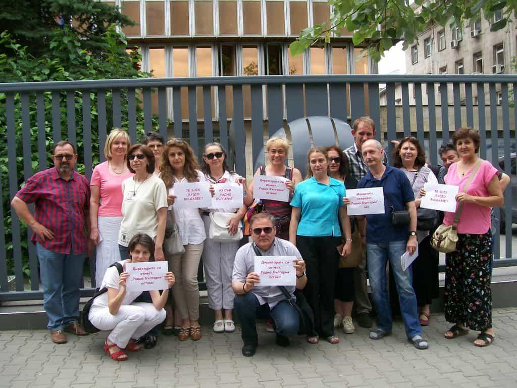 """За втори ден работещи в """"Радио България"""" протестираха пред БНР срещу намерението на Александър Велев да го закрие. Снимка: Къдринка Къдринова"""