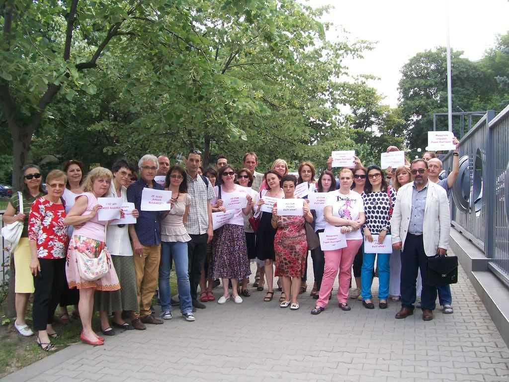 """Протестът пред БНР в защита на """"Радио България"""" върви всеки ден от 13 юли. На 16 юли хората бяха особено ентусиазирани от подкрепата от всички висши институции в държавата. Снимка: Къдринка Къдринова"""
