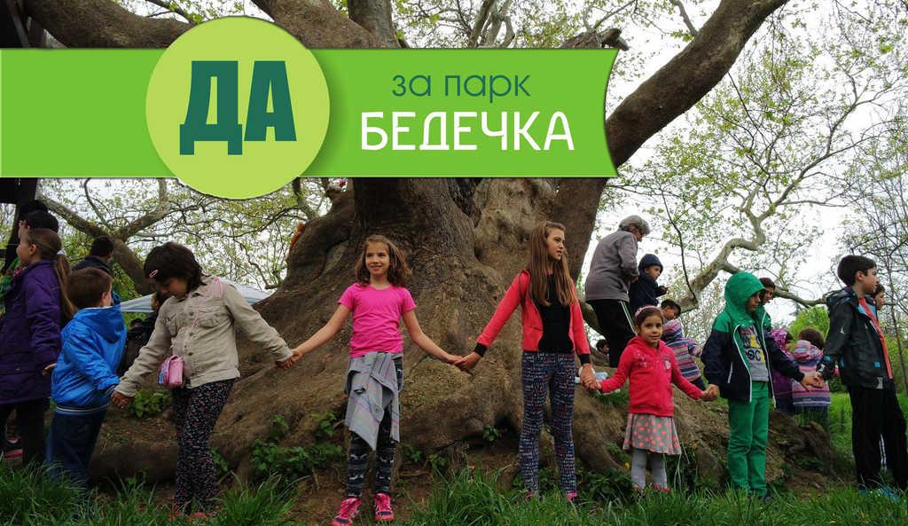 """Деца са оформили жива верига около легендарния чинар на 600 години в парка. Снимка: """"Запазете Бедечка"""". Колаж: Барикада"""