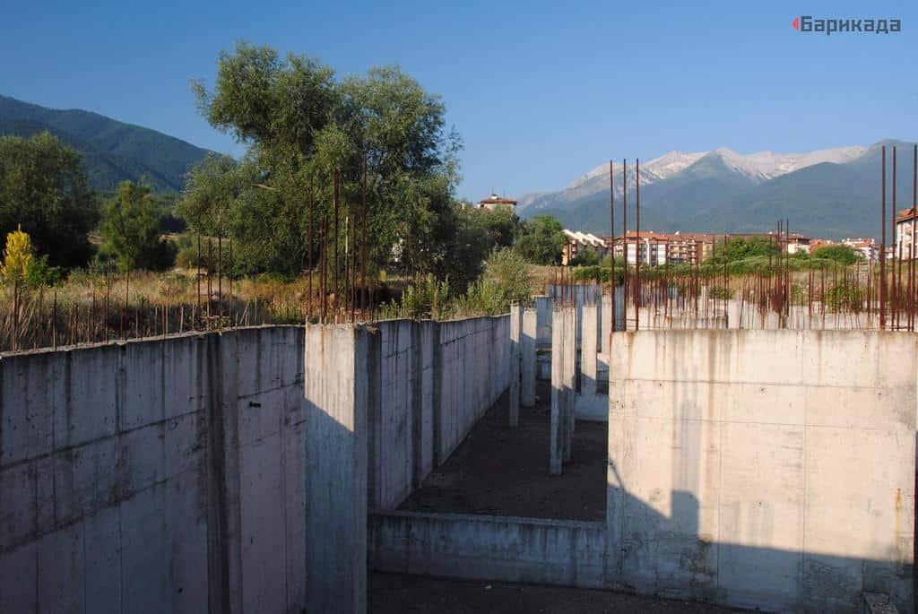Един от вероятно стотици изоставени строежи, оформящи съвременния облик на Банско. Снимка: Барикада