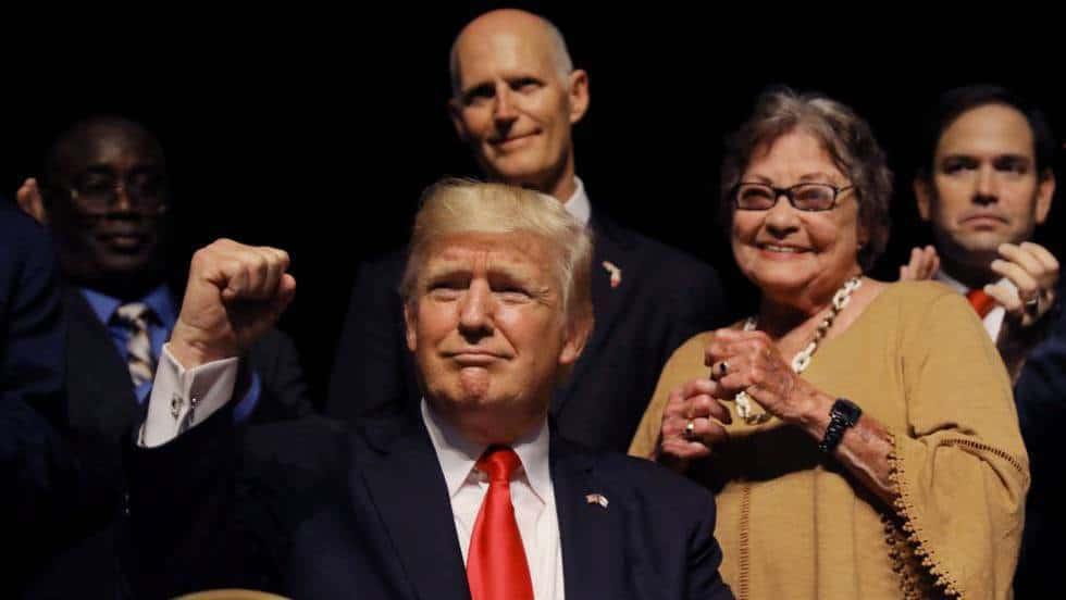 """Доналд Тръмп по време на речта си в театъра в Маями. Снимка: """"Ел Паис"""""""