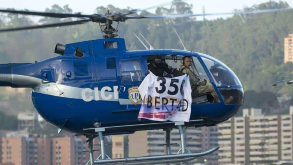 Хеликоптерът с Оскар Перес и втория пилот прелита край Върховния съд в Каракас. Снимка: EFE