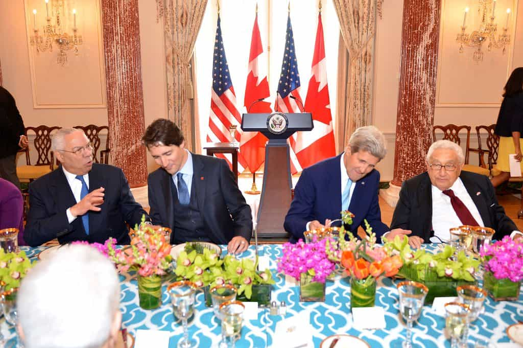 Кисинджър през 2016-та година в компания на Колин Пауъл, канадския премиер Джъстин Трюдо и държавният секретар по онова време Джон Кери.  Снимка: Wikimedia Commons