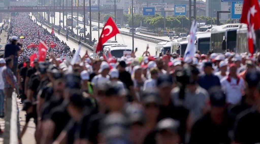 Хиляди участват в похода за справедливост. Снимка: https://twitter.com/adalet_yuruyusu