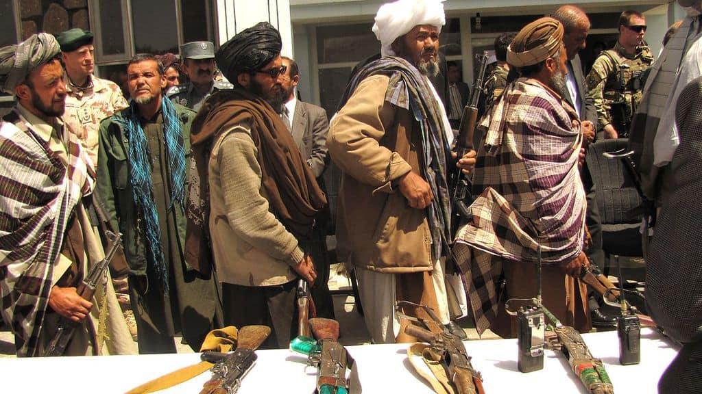 Талибански бойци предават оръжията си. Снимка: Wikimedia Commons