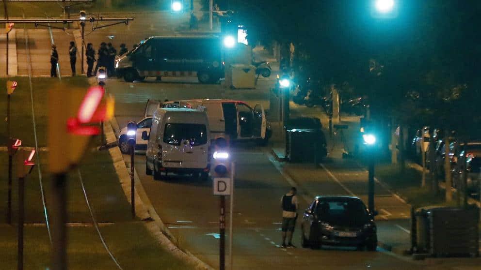 Полицаите се открили в белия форд труп на намушкан с нож 35-годишен испанец. Снимка: EFE