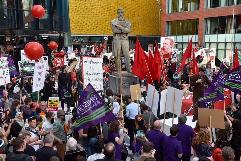 Кадър от официалното откриване на статуята на Енгелс в Манчестър. Снимка: Joel Fildes, Shady Lane Productions