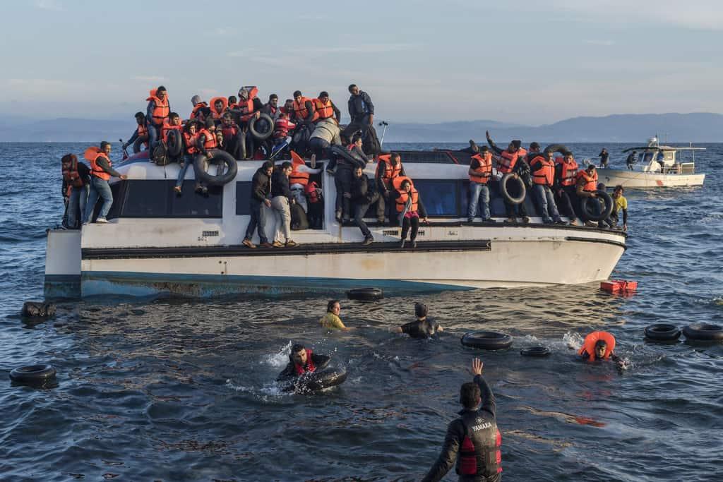 Бежанци от Ирак и Сирия пристигат край остров Лесбос, Гърция. Снимка: Wikimedia Commons