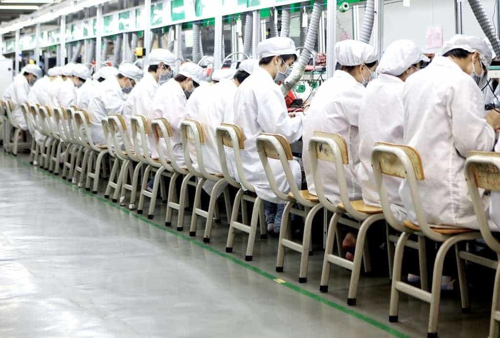 Поточна линия във  фабрика Лунхуа на корпорацията Foxconn. Снимка: Tony Law/Redux/eyevine