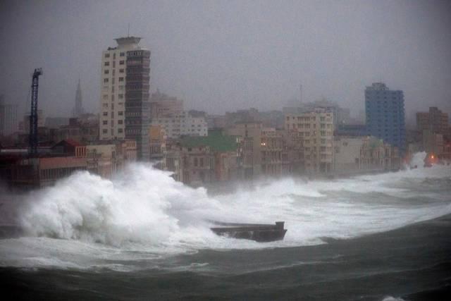 """Гигантски вълни заливаха крайбрежния булевард """"Малекон"""" в Хавана, докато """"Ирма"""" вилнееше над Острова на свободата. Снимка: Cubadebate"""