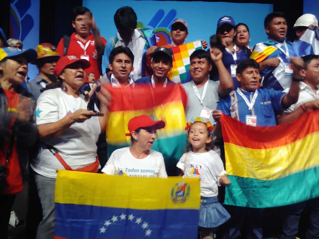 """Венесуелски и боливийски делегати по време на откриването на международната среща за солидарност """"Всички сме Венесуела"""". Снимка: Къдринка Къдринова"""