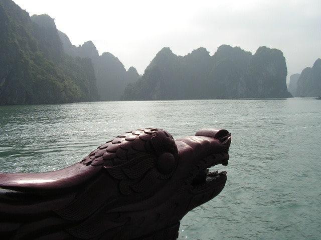 Заливът Ха Лонг е един от най-прочутите природни феномени на Виетнам. Разходките из него са с туристически корабчета с дървени дракони на носовете. Снимка: Къдринка Къдринова