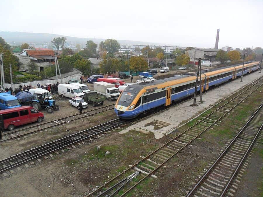 Обновен влак на гара Стръшени в Република Молдоva (снимка: Wikimedia Commons)