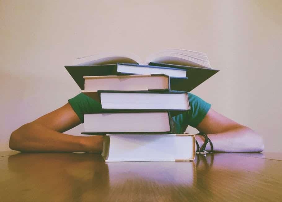 Ограничените възможности за формално и неформално обучение, насочват хората към самостоятелната подготовка, но нейният успех сам по себе си предполага високо образователно ниво. Снимка: Pexels