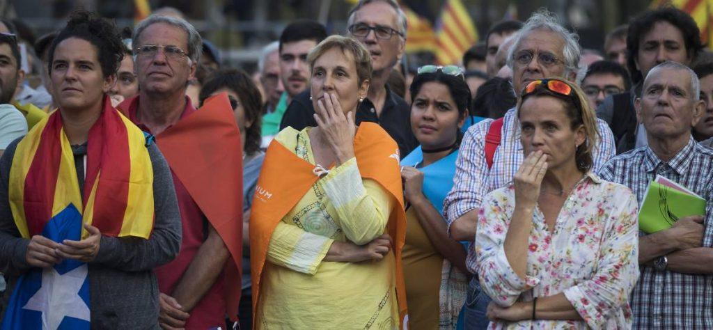 Със същия смут, с който каталунците слушаха речта на Карлес Пучдемон на 10 октомври, днес повечето хора и в Каталуня, и в цяла Испания очакват докъде ще доведе съспенсът между Мадрид и Барселона. Снимка: El Pais