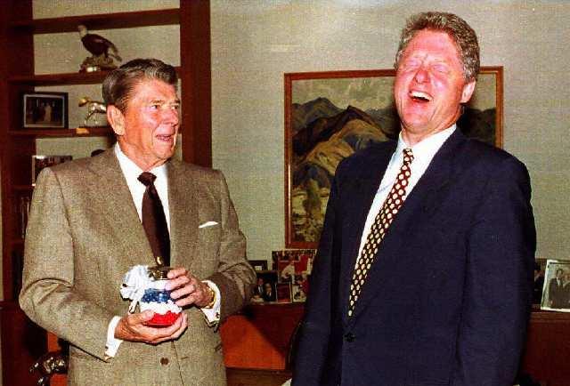 Роналд Рейгън и Бил Клинтън имат ключова роля за дерегулирането на финансовия сектор, довело до поредица от кризи. Снимка: Paul Richards / AFP