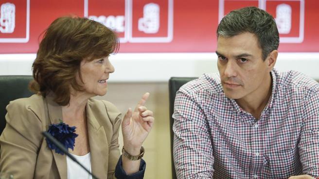 Социалистката Кармен Калво заедно с партийния си лидер Педро Санчес. Снимка: La Vanguardia