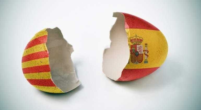 """Какъв ли """"омлет"""" ще се получи от строшеното заради политически инати яйце на досегашното единение между Каталуня и Испания? Илюстрация: elEconomista.es"""