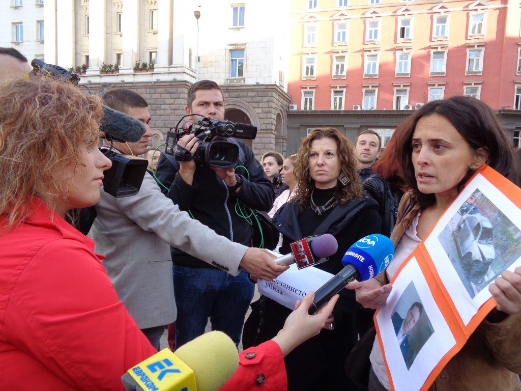 Журналистката Генка Шикерова обяснява по време на протеста на какви посегателства е била подлагана самата тя в работата си. Снимка: Къдринка Къдринова