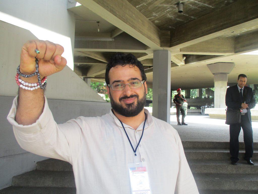Мунтазар аз-Зайди, който през 2008 г. замери Джордж Буш с обувките си, и днес е готов за борба. Беше във Венесуела, за да изрази солидарността си с нея пред американските заплахи. Снимка: Къдринка Къдринова